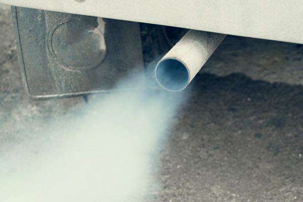 Perché esce fumo dal tubo di scarico?